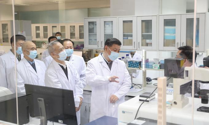 Chủ tịch Tập Cận Bình tới thăm nơi nghiên cứu vaccine thuộc Học viện Khoa học Quân y ở Bắc Kinh hồi tháng 3. Ảnh: Xinhua.