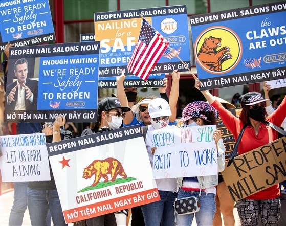 Thợ làm móng gốc Việt biểu tình đòi tái mở cửa tại thành phố Westminster, California hôm 8/6. Ảnh: NBC News.