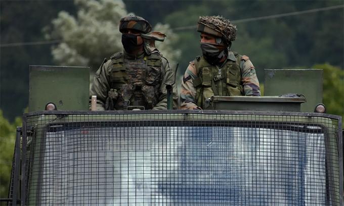 Lính Ấn Độ trên xe quân sự chạy qua cao tốc Srinagar-Leh hồi tháng 6. Ảnh: Anadolu.