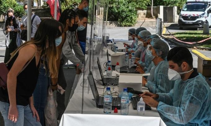 Người dân đăng ký xét nghiệm sàng lọc Covid-19 tại Montpellier, miền nam nước Pháp hôm 3/9. Ảnh: AFP.