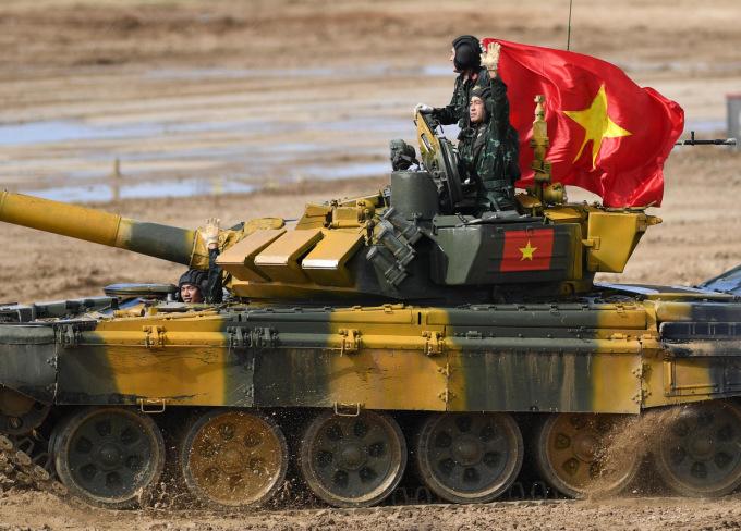 Đội Việt Nam sắp đấu chung kết Tank Biathlon