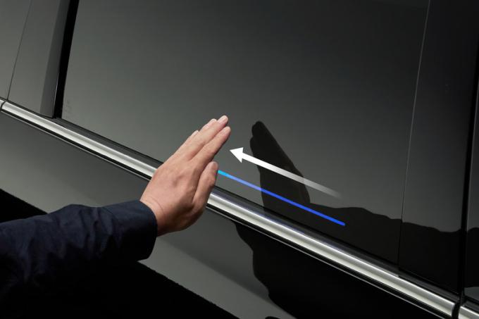 Mở cửa bằng cử chỉ ra hiệu - công nghệ lần đầu áp dụng trên Odyssey cũng như sản phẩm của hãng xe Nhật. Ảnh: Honda