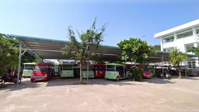 Các xe điện ở đảo Lý Sơn phải nằm bãi vì vắng du khách, cuối tháng 7/2020. Ảnh: Hữu Danh.