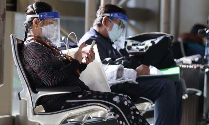 Hành khách đeo khẩu trang và kính chống giọt bắn tại sân bay quốc tế Los Angeles, bang California, Mỹ, hôm 3/9. Ảnh: Reuters.