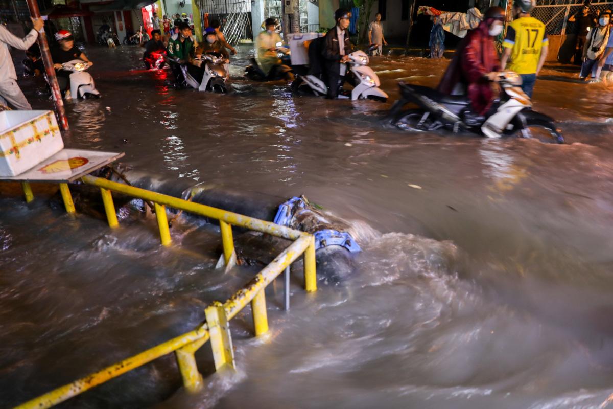 Nước cuồn cuộn trên đường Sài Gòn sau mưa lớn