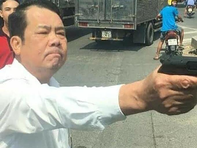 Hình ảnh ông Sướng giơ súng bị camera ghi lại. Ảnh: Cắt từ video.