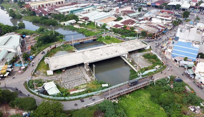 Dự án cầu Tân Kỳ - Tân Quý đã thi công khoảng 70% nhưng bị trùm mền lâu nay, người dân vẫn phải đi qua cầu tạm, ngày 4/9. Ảnh: Gia Minh.