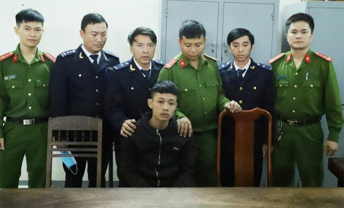 Bị cáo Ngà (áo đen, hàng đầu tiên) thời điểm bị bắt. Ảnh:Công an cung cấp