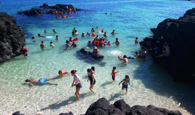 Du khách tắm biển ở đảo Lý Sơn. Ảnh: Phạm Linh.