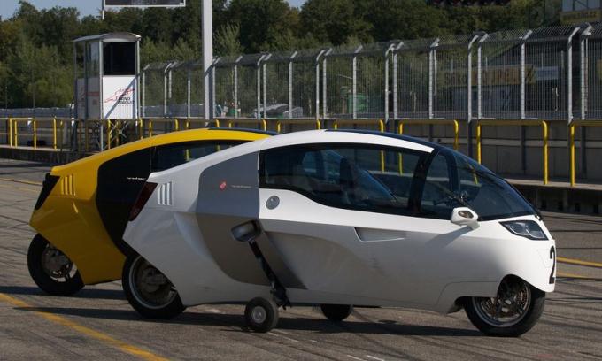 MonoRacer với thiết kế hai bánh chính, hai bánh phụ, và cabin kín. Ảnh: Peraves CZ