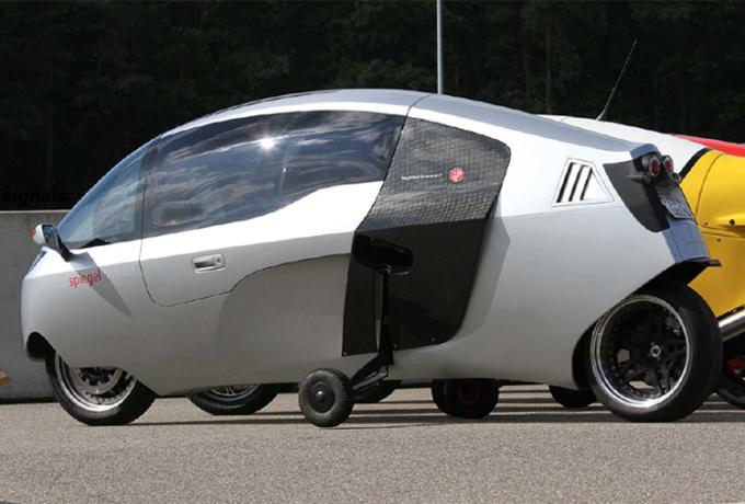 Xe có hai bánh phụ giúp đứng thẳng ở tốc độ thấp và khi dừng lại. Ảnh: Peraves CZ
