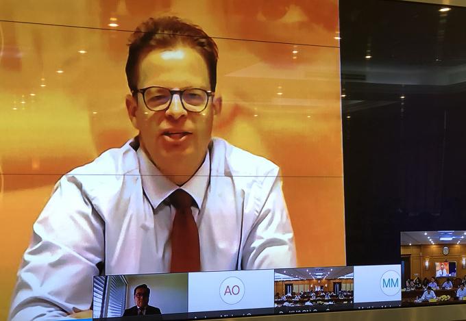 Ông Sacha Wunsch chia sẻ thông tin trực tuyến chiều 8/9. Ảnh chụp màn hình.