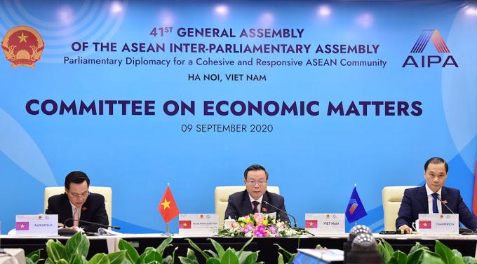 Phó Chủ tịch Quốc hội Phùng Quốc Hiển (giữa) phát biểu chào mừng phiên họp của Ủy ban Kinh tế AIPA 41. Ảnh: Hải Ninh