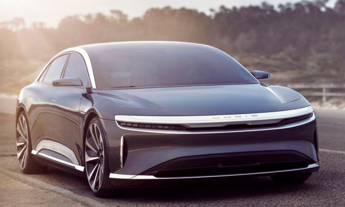 Lucid Air với thiết kế đặc trưng của xe điện, tức không có lưới tản nhiệt, đèn pha tạo thành dải mảnh kéo dài suốt chiều ngang đầu xe. Ảnh: Lucid