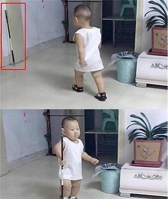 Cậu em chạy đi lấy gậy và đưa cho bố.
