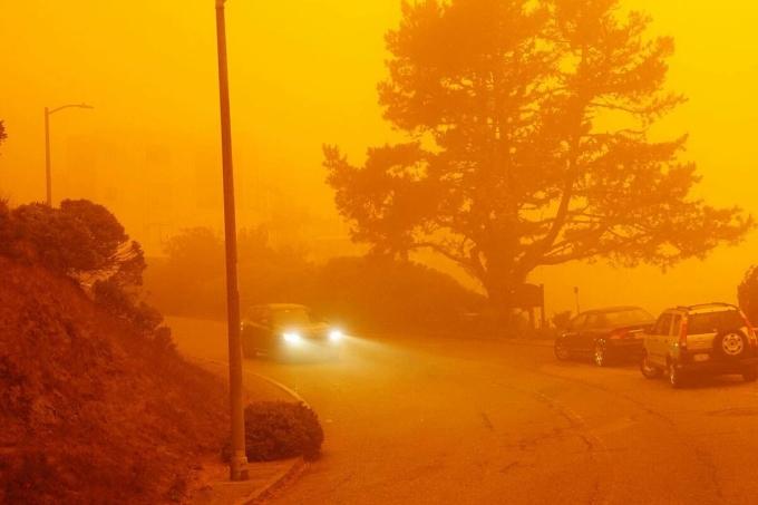 Một con đường San Francisco mờ mịt do ảnh hưởng cháy rừng hôm 9/9. Ảnh: Trung Lê.