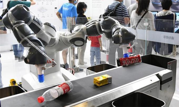 Thiết bị phân loại rác thông minh tại một triển lãm ở Bắc Kinh, Trung Quốc, ngày 6/9. Ảnh: Xinhua.