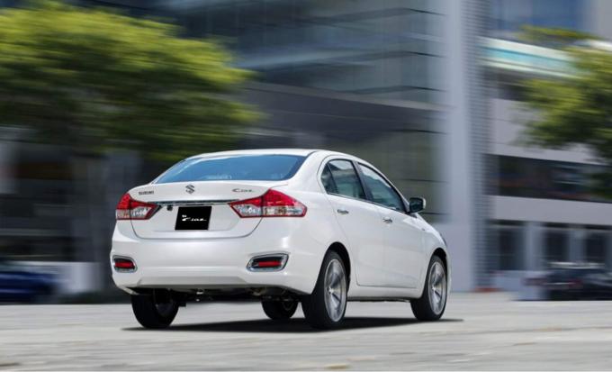 Hai cụm đèn hậu nằm ngang được nối liền bởi thanh mạ chrome cũng là chi tiết tạo điểm nhấn cho phần đuôi xe. Ảnh: Suzuki.