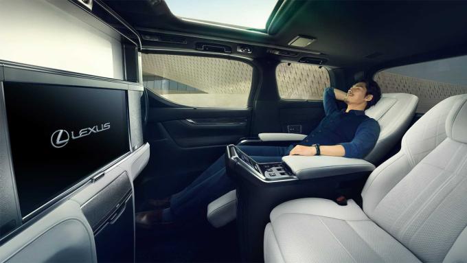 Ghế sau có thể ngả lưng, có bệ tì chân, màn hình 24 inch phục vụ nhu cầu giải trí. Ảnh: Lexus