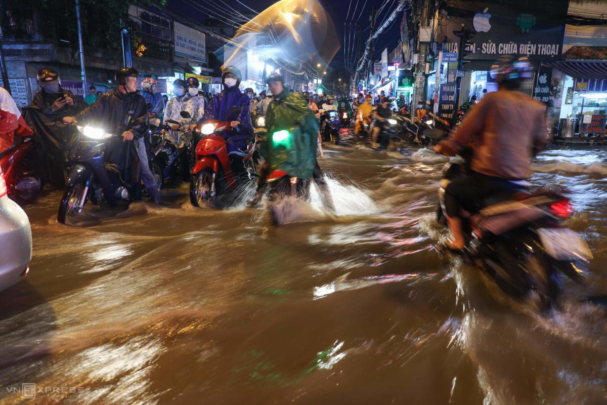 Người Sài Gòn vật lộn sau mưa lớn