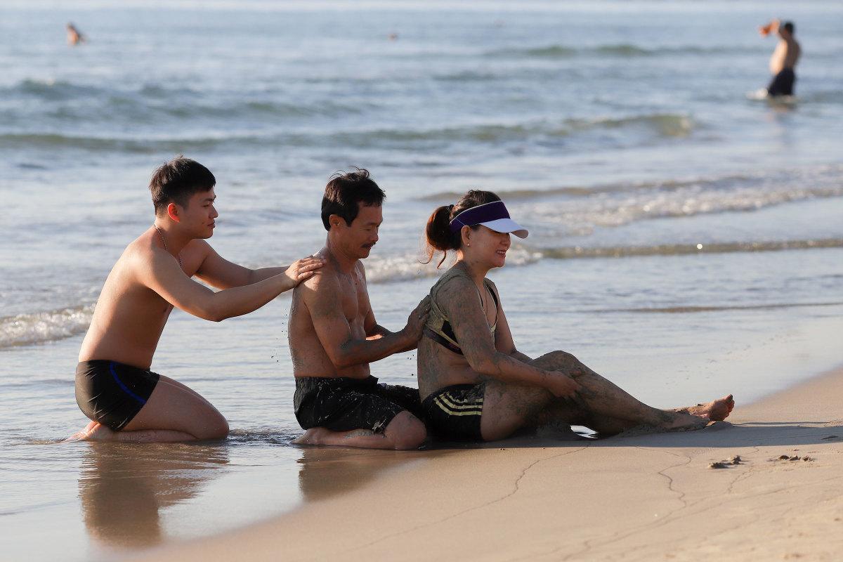 Người Đà Nẵng đi tắm biển sau 45 ngày cách ly