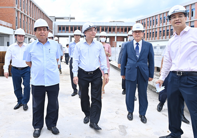 Bộ trưởng Nguyễn Chí Dũng và Bộ trưởng Chu Ngọc Anh (từ trái qua) thăm công trình đang xây dựng của Viện Khoa học và Công nghệ Việt Nam Hàn Quốc trước buổi làm việc. Ảnh: Giang Huy.