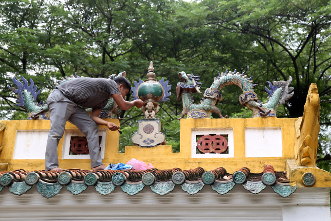 Trái châu trong bức phù điêu Lưỡng long tranh châu được gắn ở vị trí cũ ở lăng Lê Văn Duyệt, quận Bình Thạnh, trưa 12/9. Ảnh: Đình Văn.