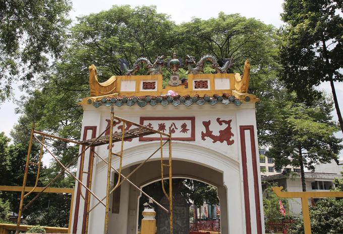 Trái châu đã được gắn lên bức phù điêu trên cổng phía đường Đinh Tiên Hoàng. Ảnh: Đình Văn.