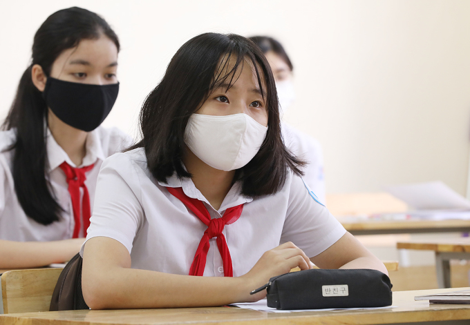 Học sinh trường THCS Nguyễn Du (Nam Từ Liêm, Hà Nội) trong ngày đầu trở lại trường hồi tháng 5, sau ba tháng nghỉ phòng chống Covid-19. Ảnh: Ngọc Thành.