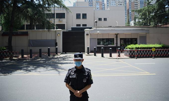 Một sĩ quan cảnh sát Trung Quốc đứng gác trước lãnh sự quán Mỹ tại Thành Đô, ngày 27/7. Ảnh: AFP.