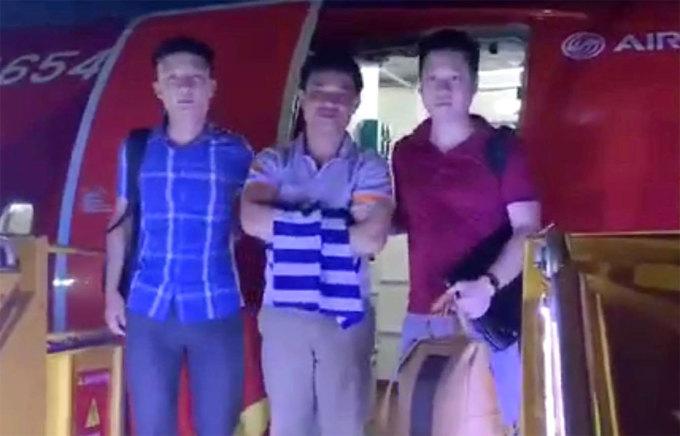 Bị can Sáng (giữa) lúc bị cảnh sát dẫn ra máy bay di lý về Hà Tĩnh. Ảnh: Hùng Lê