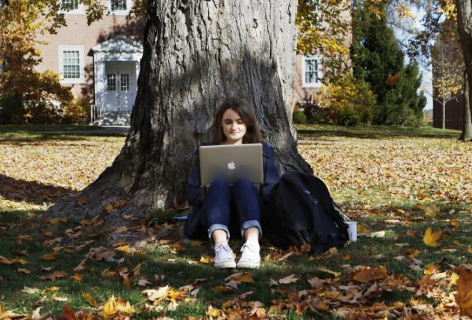 Du học sinh Mỹ nên sử dụng thư viện để tiết kiệm chi phí mua tài liệu. Ảnh minh họa.
