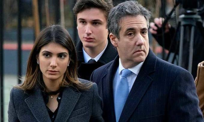 Michael Cohen (phải) và con gái Samantha Cohen (trái) đến tòa án ở New York, Mỹ, tháng 12/2018. Ảnh: AP.