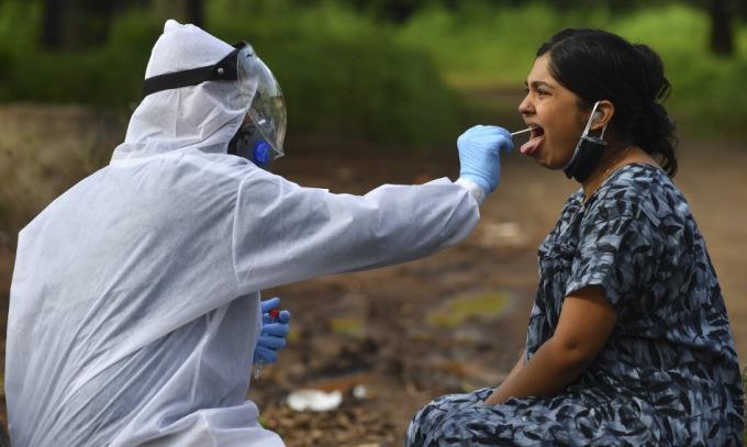 Lấy mẫu xét nghiệm tại một trung tâm cách ly ở Nashik, Ấn Độ, hôm 13/9. Ảnh: AFP.