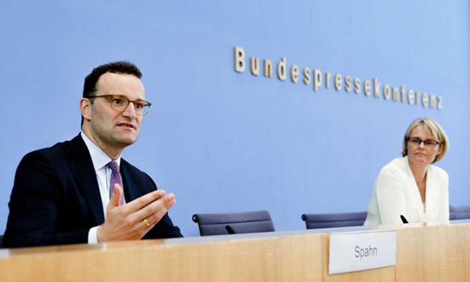 Bộ trưởng Y tế Đức Jens Spahn (trái) tại họp báo ở Berlin ngày 15/9. Ảnh: AP.