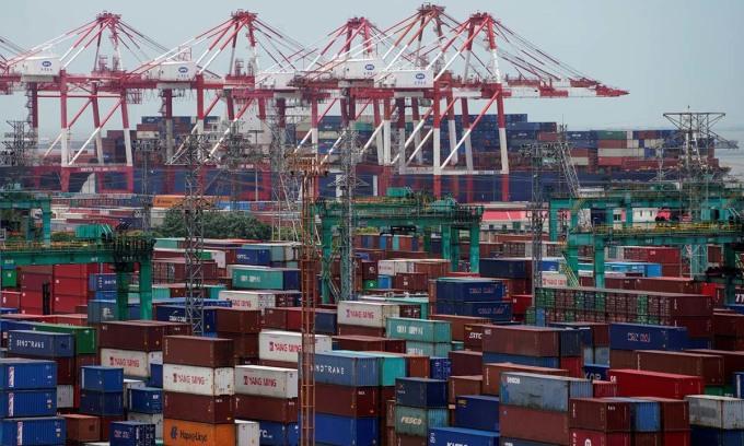 Các container hàng hóa đặt tại một cảng ở Thượng Hải, Trung Quốc, hồi tháng 7/2018. Ảnh: Reuters.