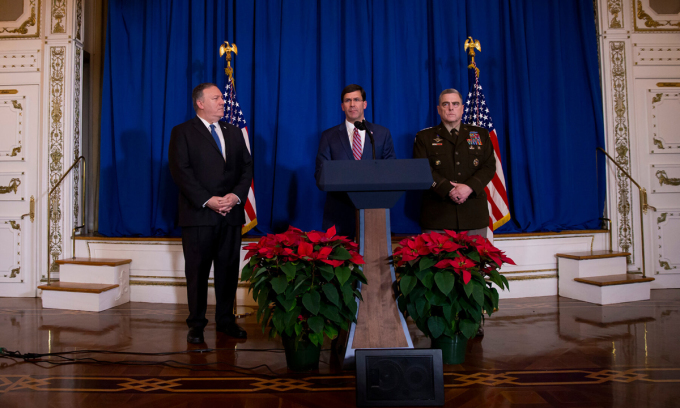 Ngoại trưởng Mike Pompeo, Bộ trưởng Quốc phòng Mark T. Esper, Chủ tịch Hội đồng Tham mưu trưởng  liên quân Mỹ Mark A. Milley,, từ trái qua phải, phát biểu tại Mar-a-Lago, bang Florida hồi tháng 12/2019. Ảnh: NYTimes.