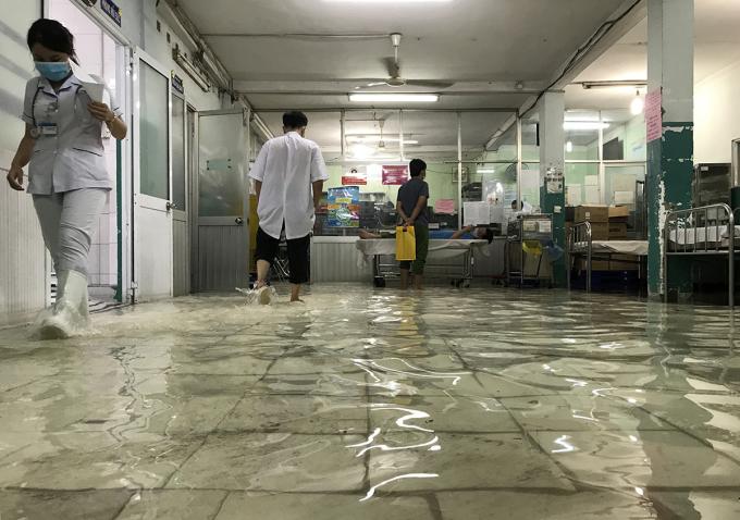 Khoa cấp cứu Bệnh viện Hóc Môn lênh láng nước. Ảnh: Đình Văn.