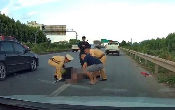 Tổ công tác cảnh sát giao thông, cơ động cùng người đi đường đưa cảnh sát cơ động gặp nạn đi cấp cứu. Ảnh cắt từ clip
