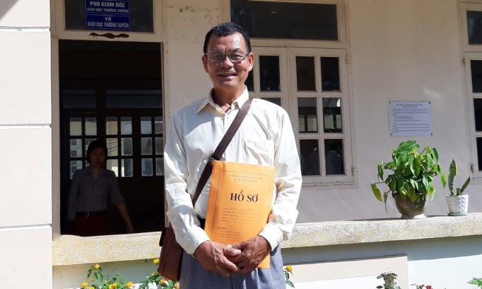 Ông Dương Văn Bảy nhận giấy báo điểm và giấy chứng nhận tốt nghiệp THPT tại Trung tâm giáo dục nghề nghiệp, giáo dục thường xuyên Thoại Sơn. Ảnh: Nhân vật cung cấp.