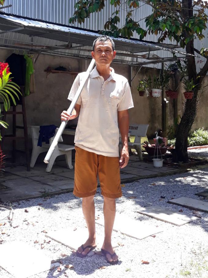 Ông Dương Văn Bảy vác cuốc chuẩn bị làm vườn. Ảnh: Nhân vật cung cấp.