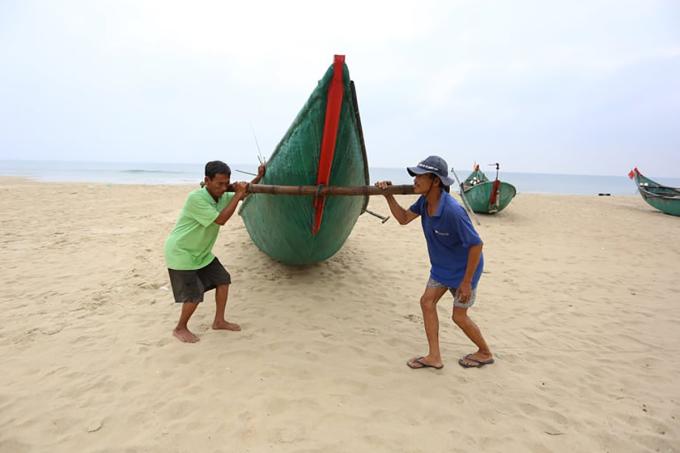 Người dân xã Tam Thanh, TP Tam Kỳ, Quảng Nam đưa tàu thuyền trú tránh bão sáng 17/9. Ảnh: Đắc Thành.
