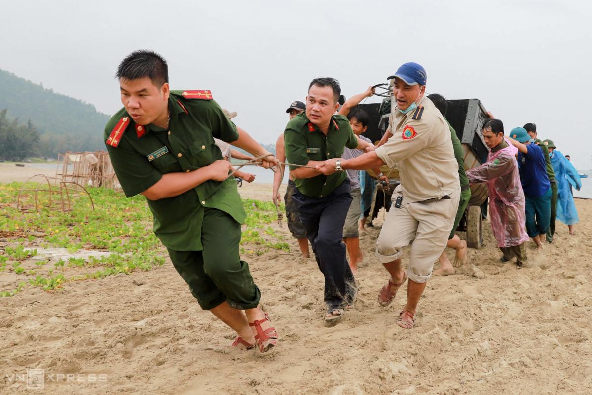 Người miền Trung chạy bão Noul
