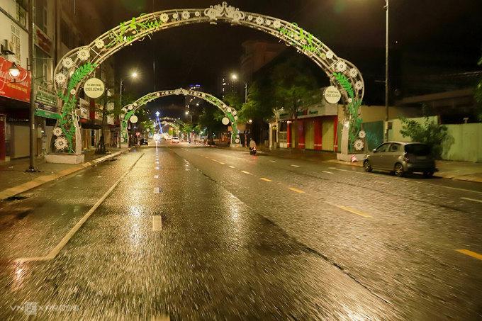 Phố Lê Duẩn vắng người lúc 23h đêm 17/9. Ảnh: Nguyễn Đông.