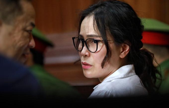 Lê Thị Thanh Thúy trao đổi với luật sư chiều 17/9. Ảnh: Hữu Khoa.