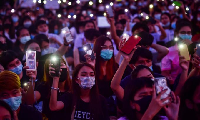 Người biểu tình bật đèn flash trên điện thoại trong cuộc tuần hành tại Học viện Công nghệ Quốc vương Mongkut, Bangkok, Thái Lan, ngày 19/8. Ảnh: AFP.