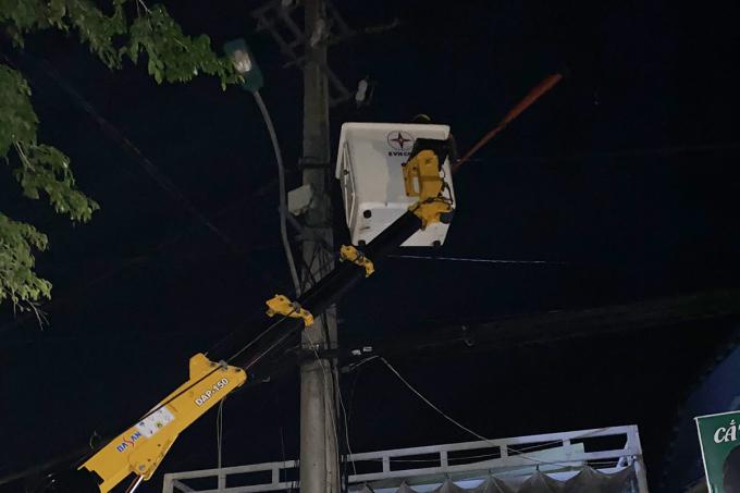 Công ty điện lực Thừa Thiên Huế kiểm tra đường dây điện trong đêm. Ảnh: Đại Phúc
