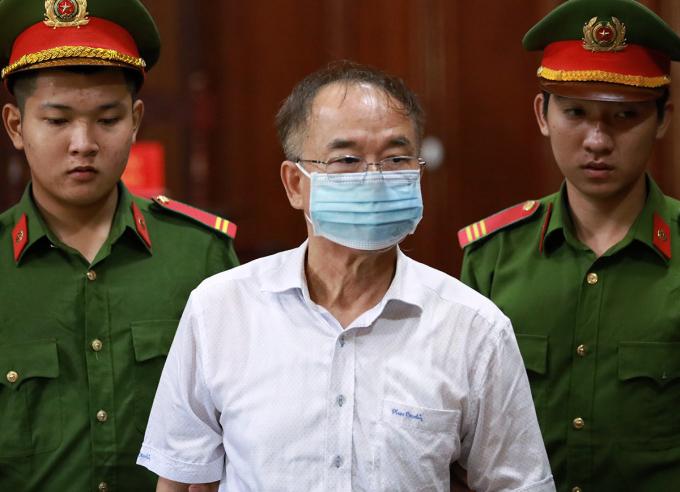 Cựu Phó chủ tịch Nguyễn Thành Tài được đưa đến toà sáng 19/9. Ảnh: Hữu Khoa.