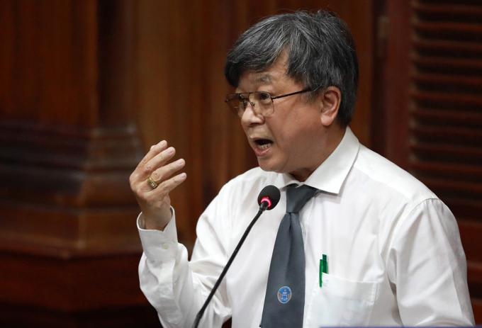 Luật sư Trương Trọng Nghĩa tranh luận với đại diện VKS sáng 19/9. Ảnh: Hữu Khoa.