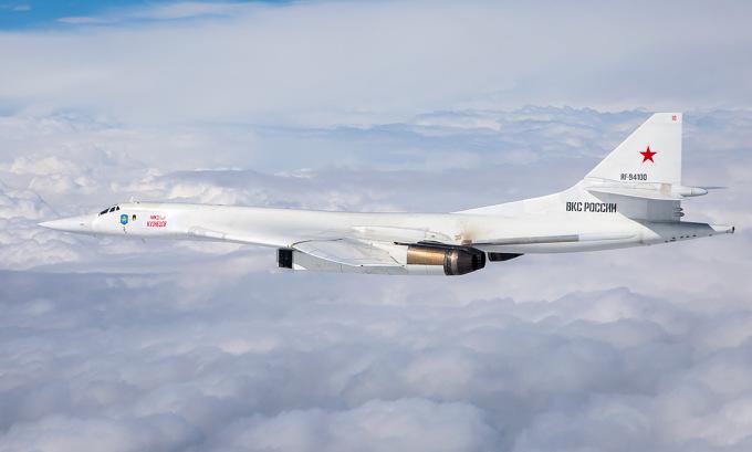 Oanh tạc cơ Tu-160 Nga trong một chuyến tuần tra hồi giữa năm. Ảnh: Russian Planes.